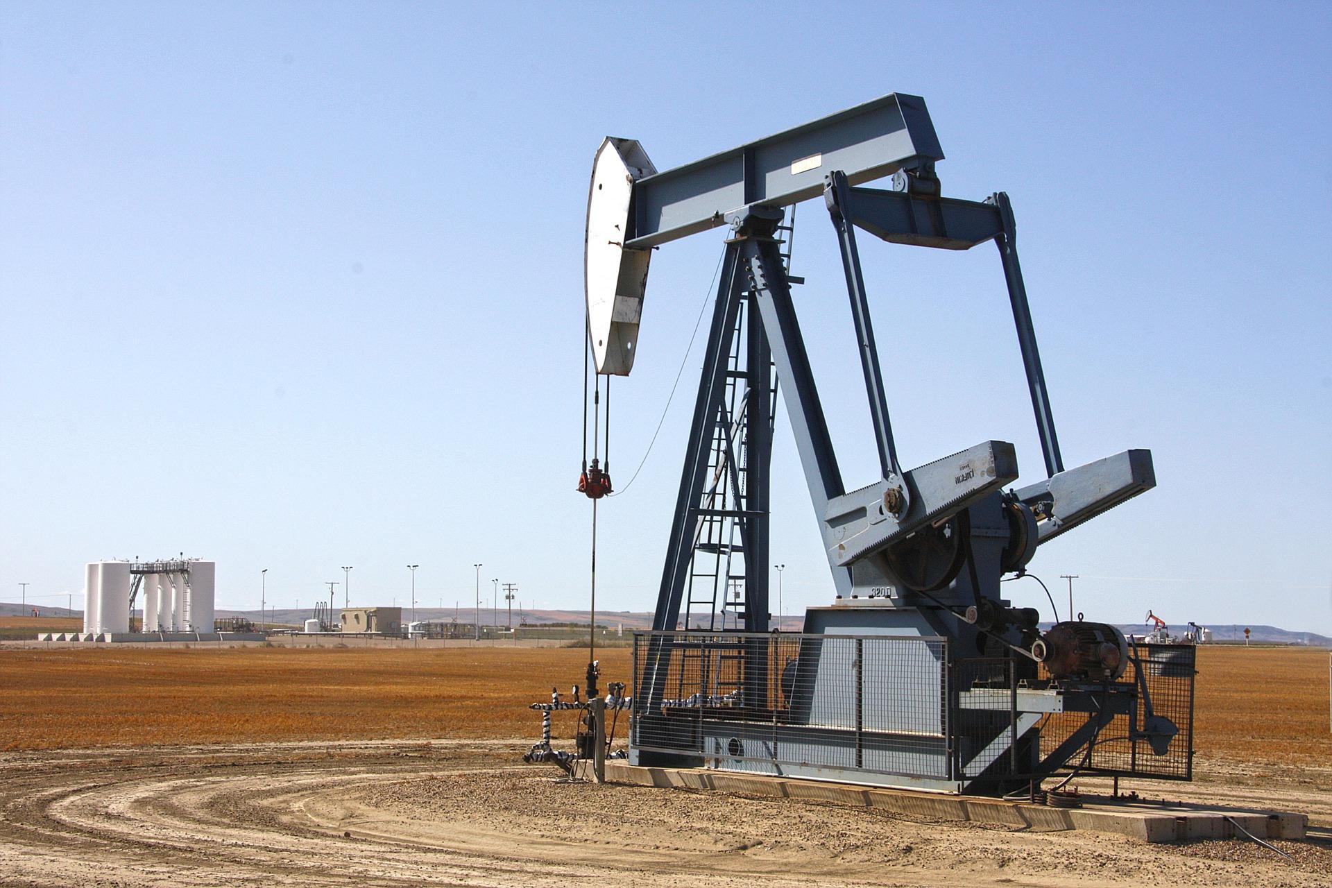 Dokud se nenaučíme ropu zcela nahradit obnovitelnými zdroji, budeme závislí na dodávkách z nestabilních oblastí. Zdroj: https://pixabay.com